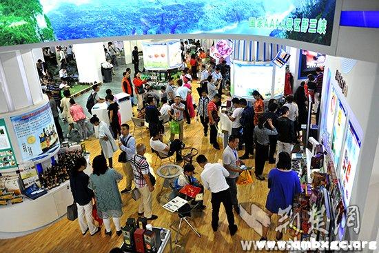 来自全国各地的客商在硒博会展馆寻找商机。记者李传平摄。.jpg