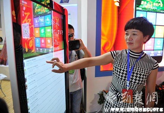 建始县县长向红林向客商们演示电销平台。记者李传平摄。.jpg