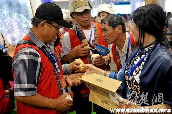 来自台湾的嘉宾们在了解恩施的硒茶。记者李传平摄。.jpg